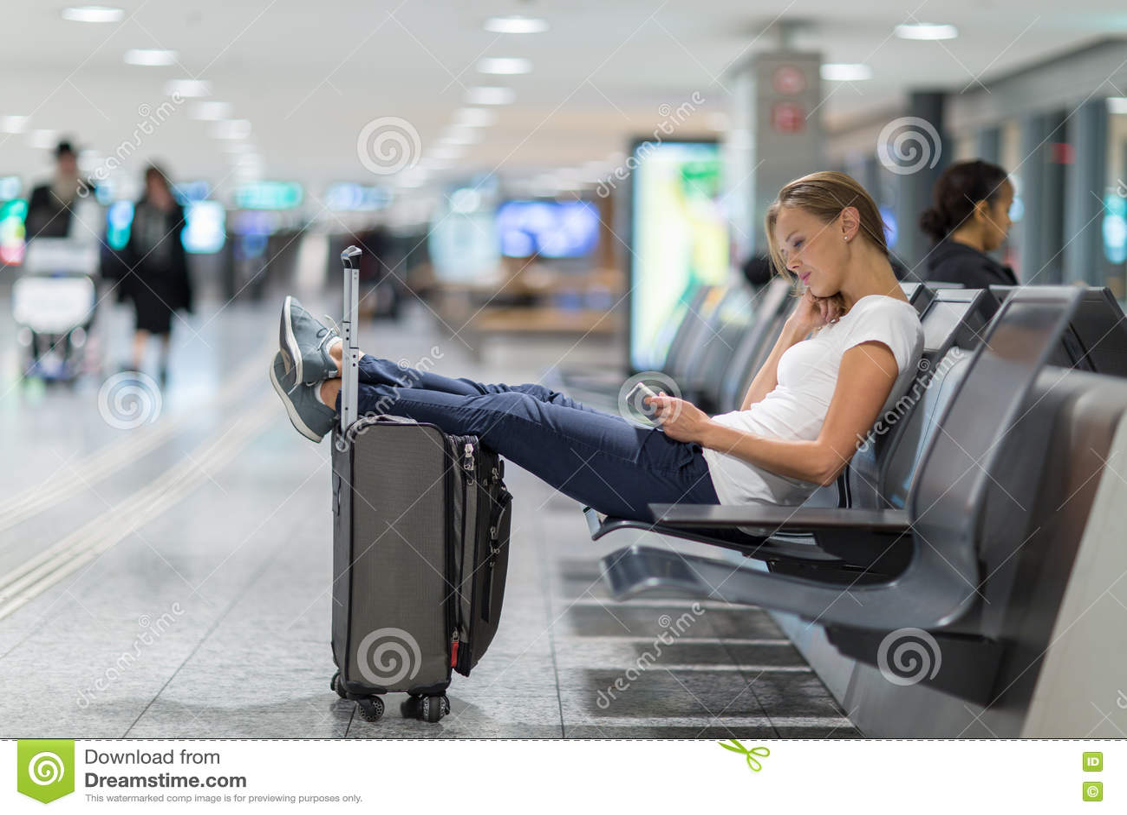 Passageiro fêmea novo no aeroporto