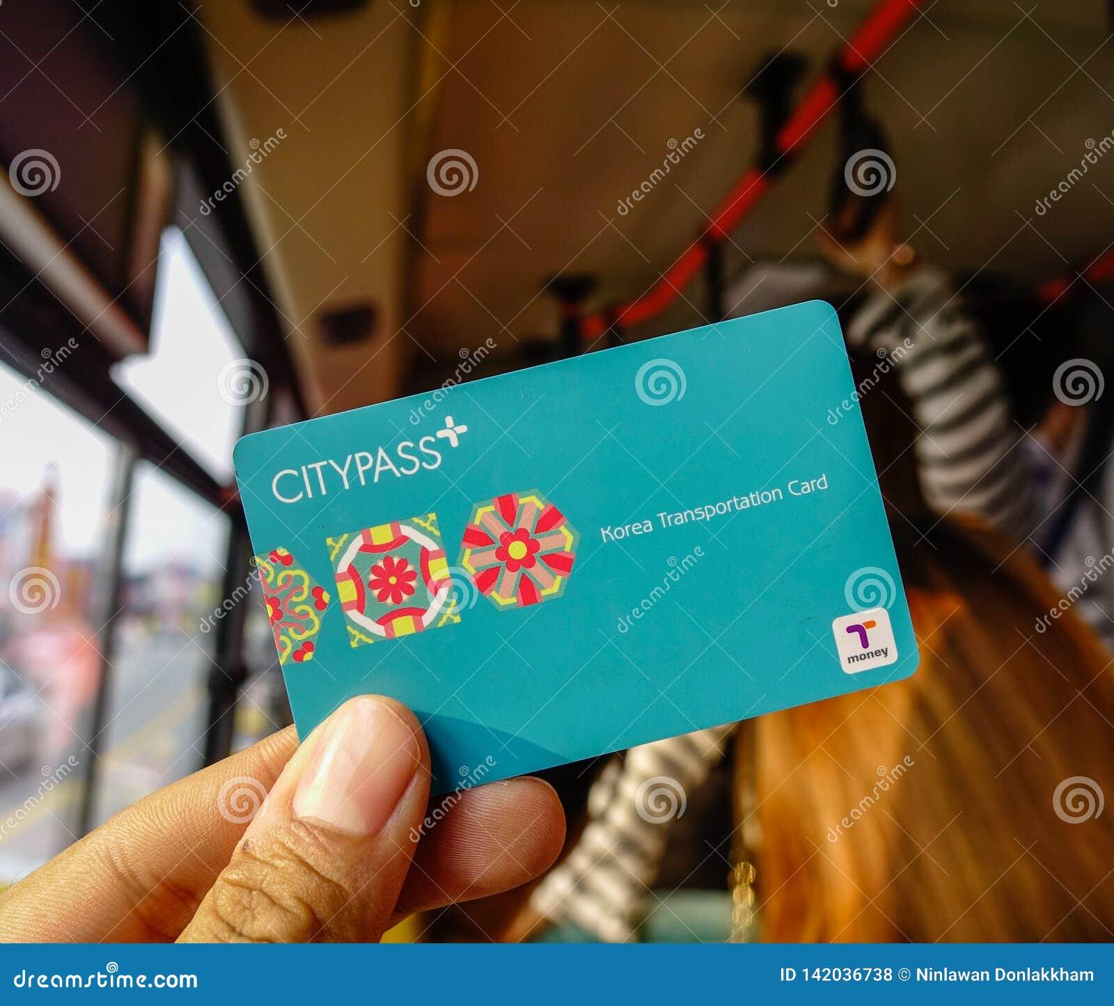 Passageiro que mostra o cartão de CityPass