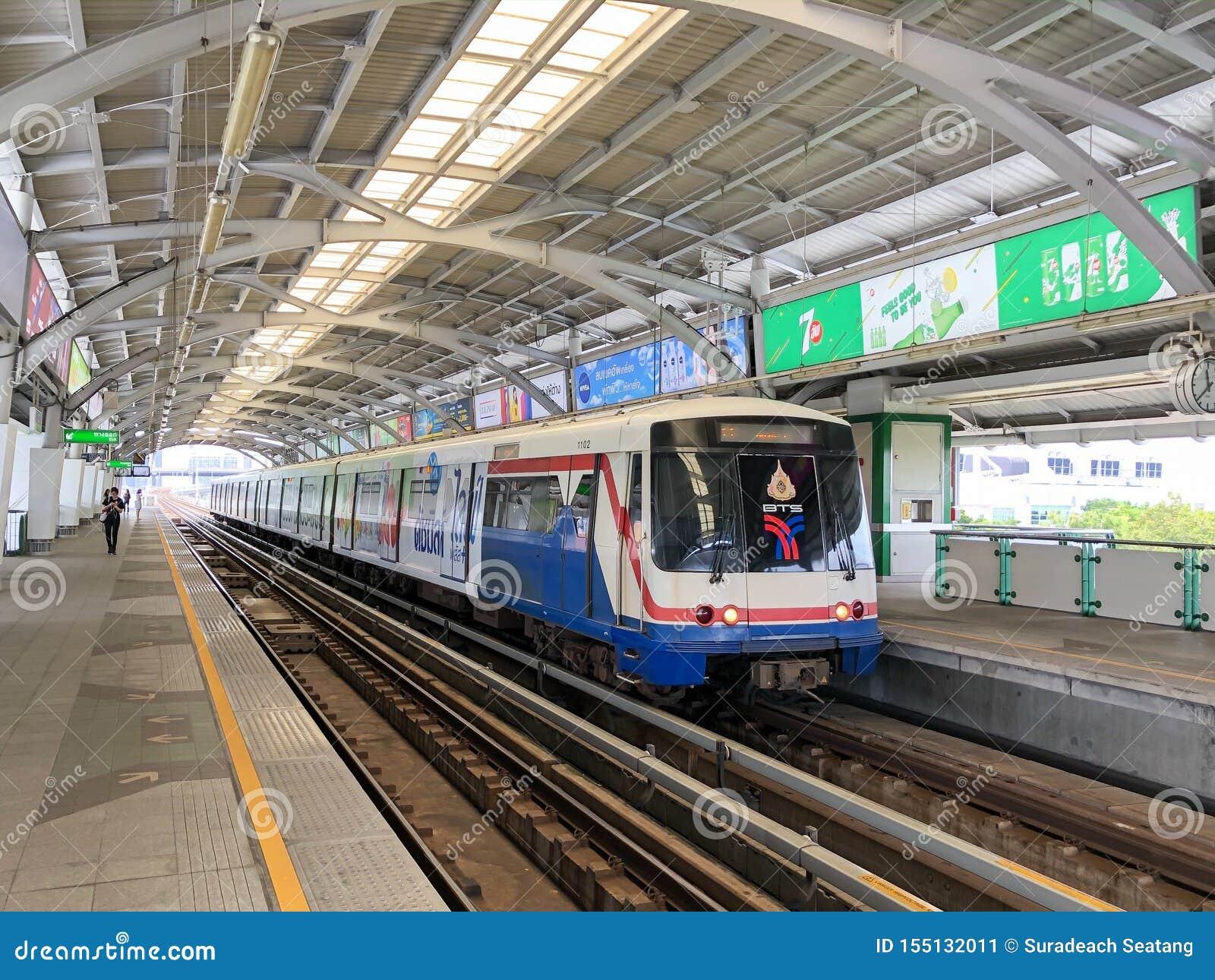 Passageiros de espera de um trem na estação de Bangna