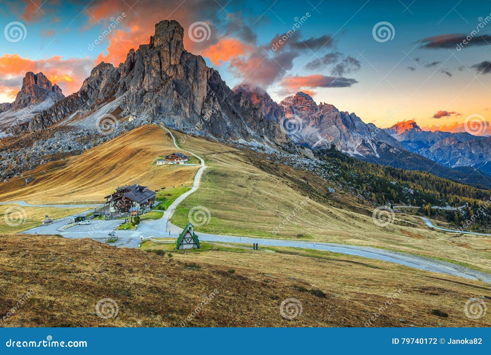 Passagem alpina maravilhosa com picos altos no fundo, dolomites, Itália