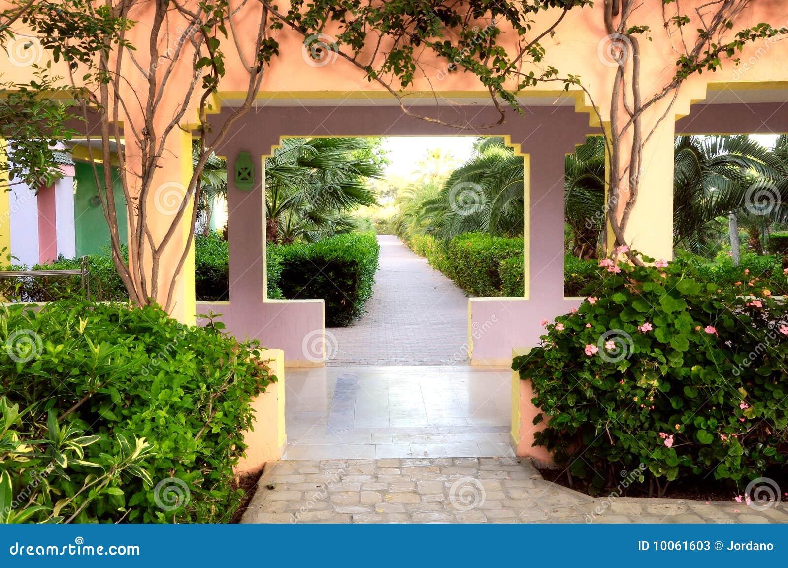 Passagem em um jardim tropical