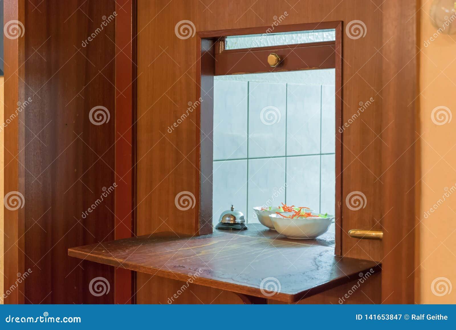 Passagem em um restaurante com uma vista da cozinha