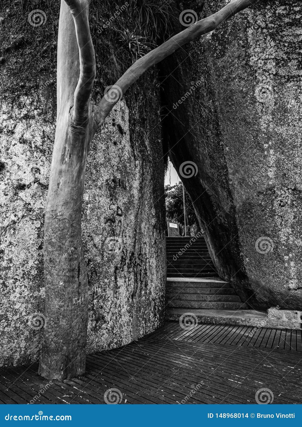 Passagem entre pedras e vigia