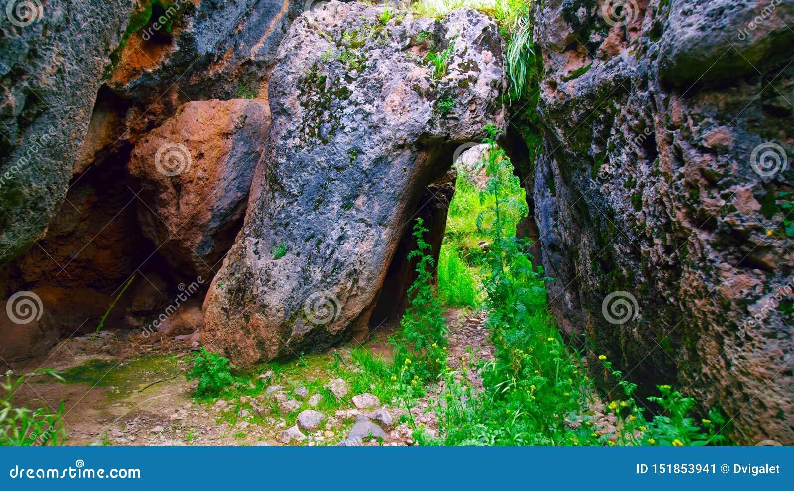 Passagem entre pedras enormes no Peru