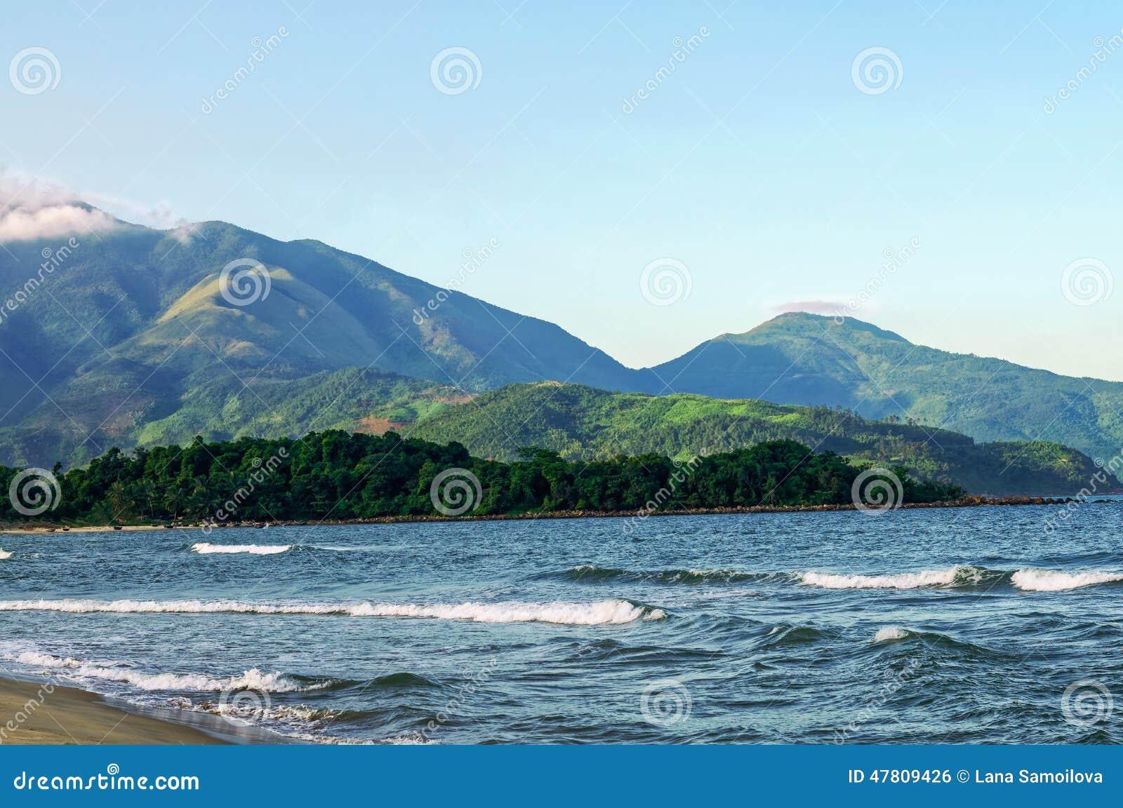 Passagem, mar e areia de Hai Van