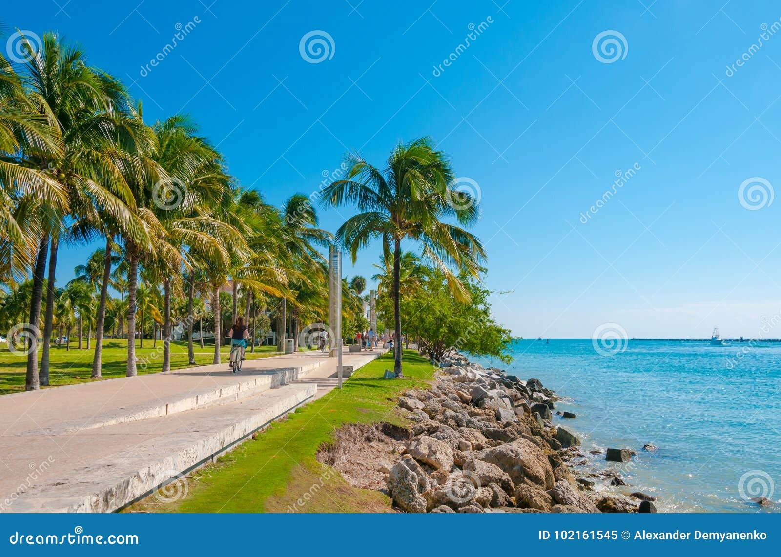 Passagem no o parque bonito Pointe sul em Miami Beach, Flo