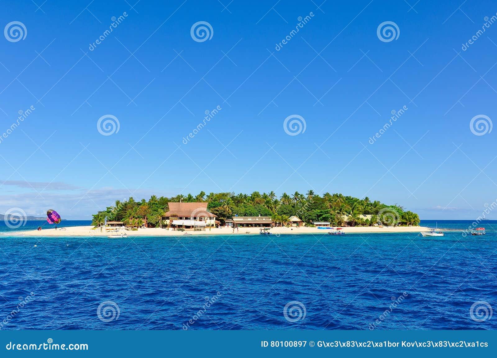 Passagem pela ilha do vagabundo de praia em Fiji
