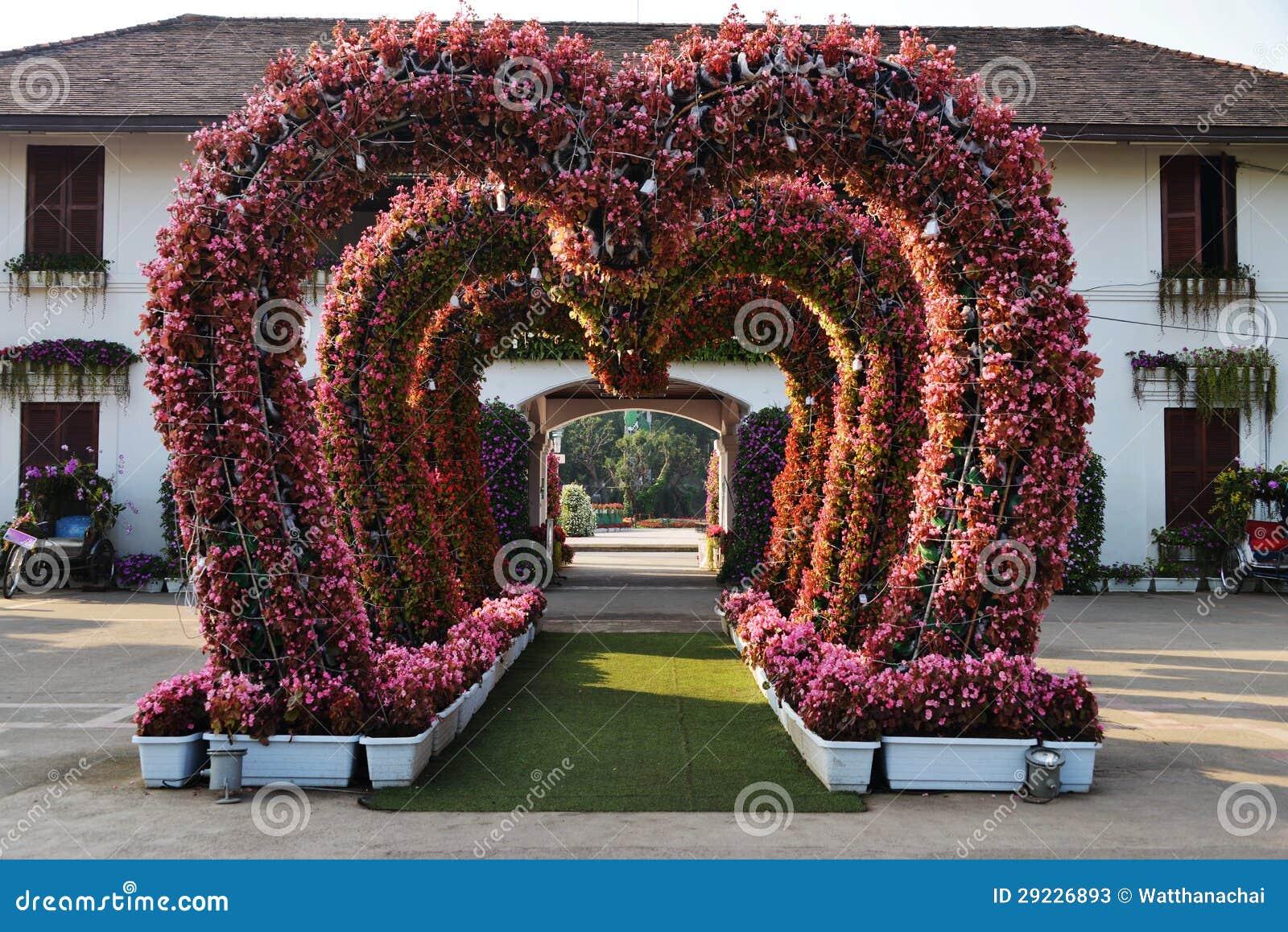 Download Passagem Sob Arcos Das Flores. Imagem de Stock - Imagem de flora, selvagem: 29226893
