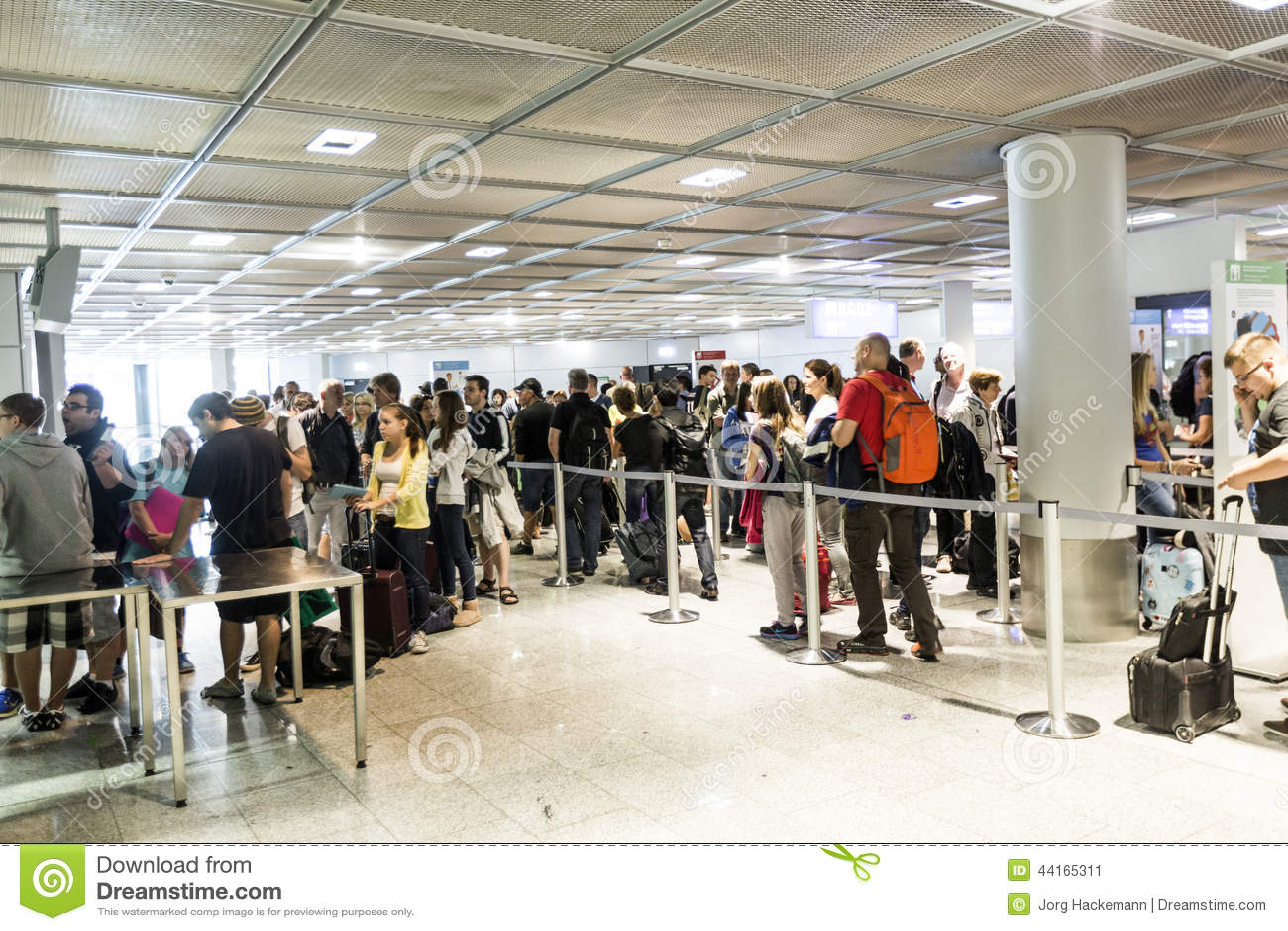 Passagerare köar i avvikelsekorridoren i den Frankfurt flygplatsen