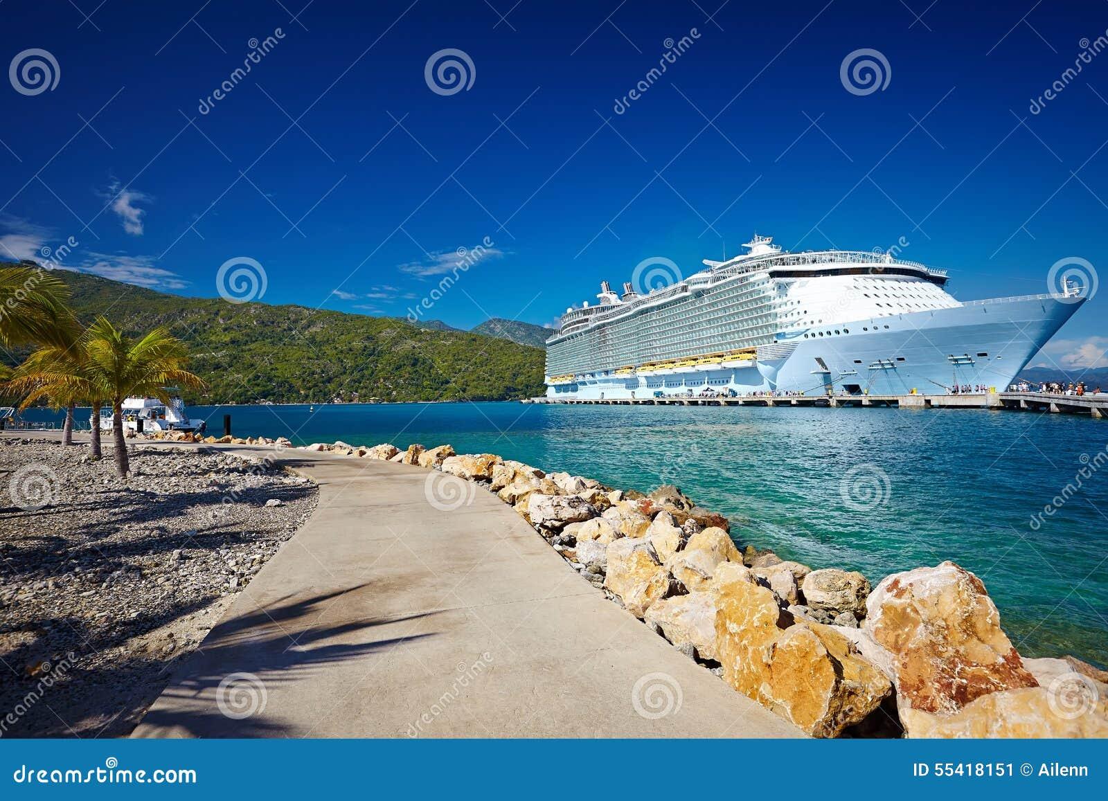 Passagerareeyeliner i det tropiska havet mot blå himmel, Haiti