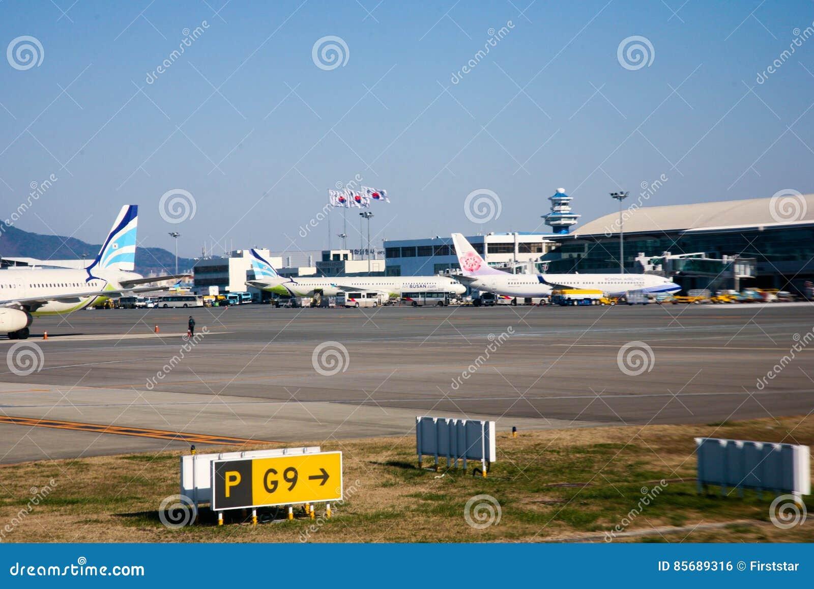 Passagerarejetflyg från flygplatslandningsbanabruk för att resa