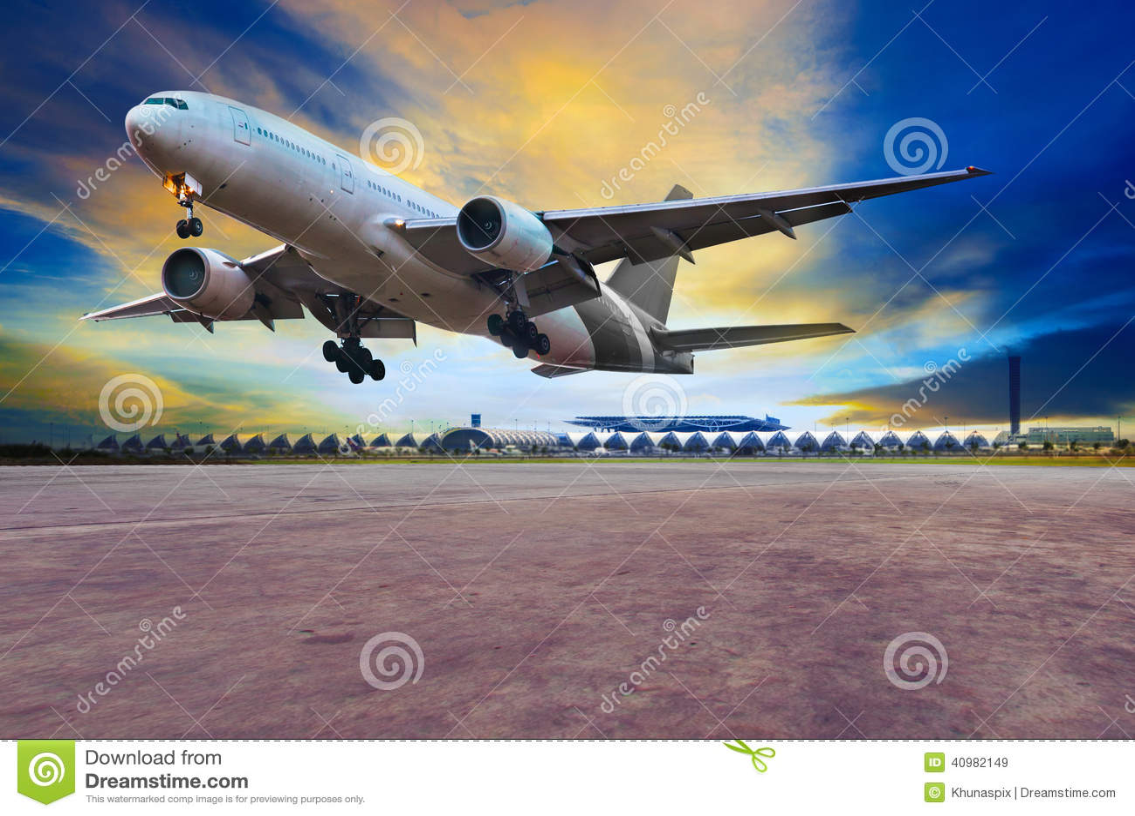 Passagerarejetlandning på luftportlandningsbanor mot beautifu