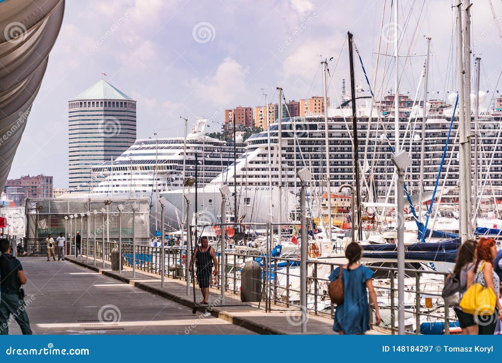 Passagerareskepp, f?rjor och yachter i porten - Porto Antico i Genua, Liguria, Italien, Europa
