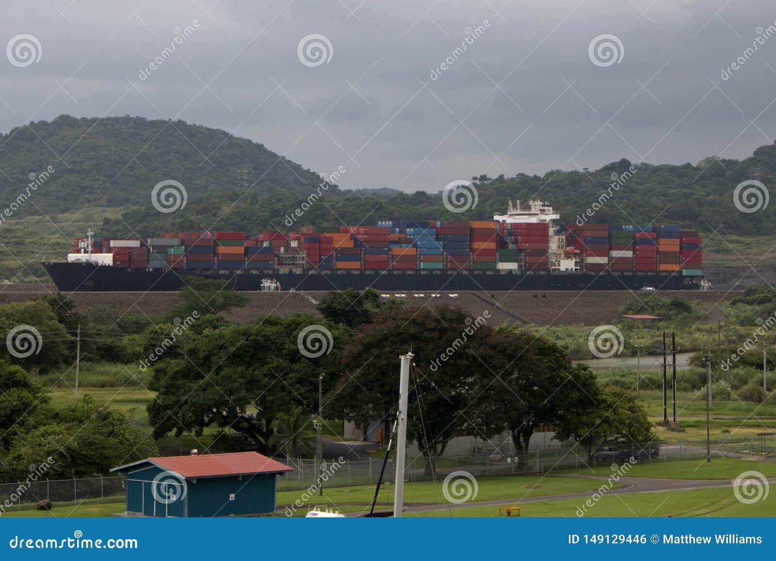 Passages de cargaison par le canal de Panama sur un navire porte-conteneurs massif