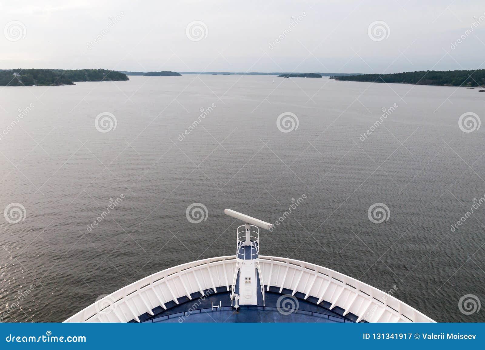 Passages de nez du revêtement du bateau de croisière par des fjords vers l océan