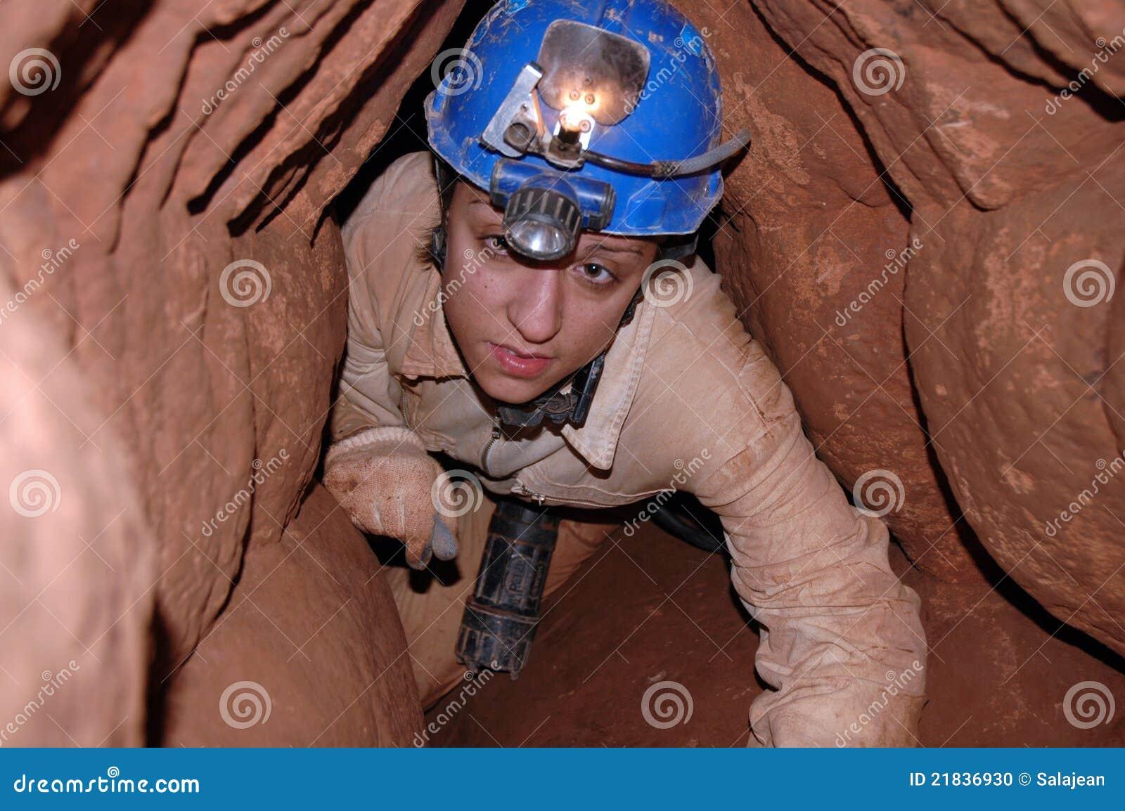 Passaggio della caverna con un caver