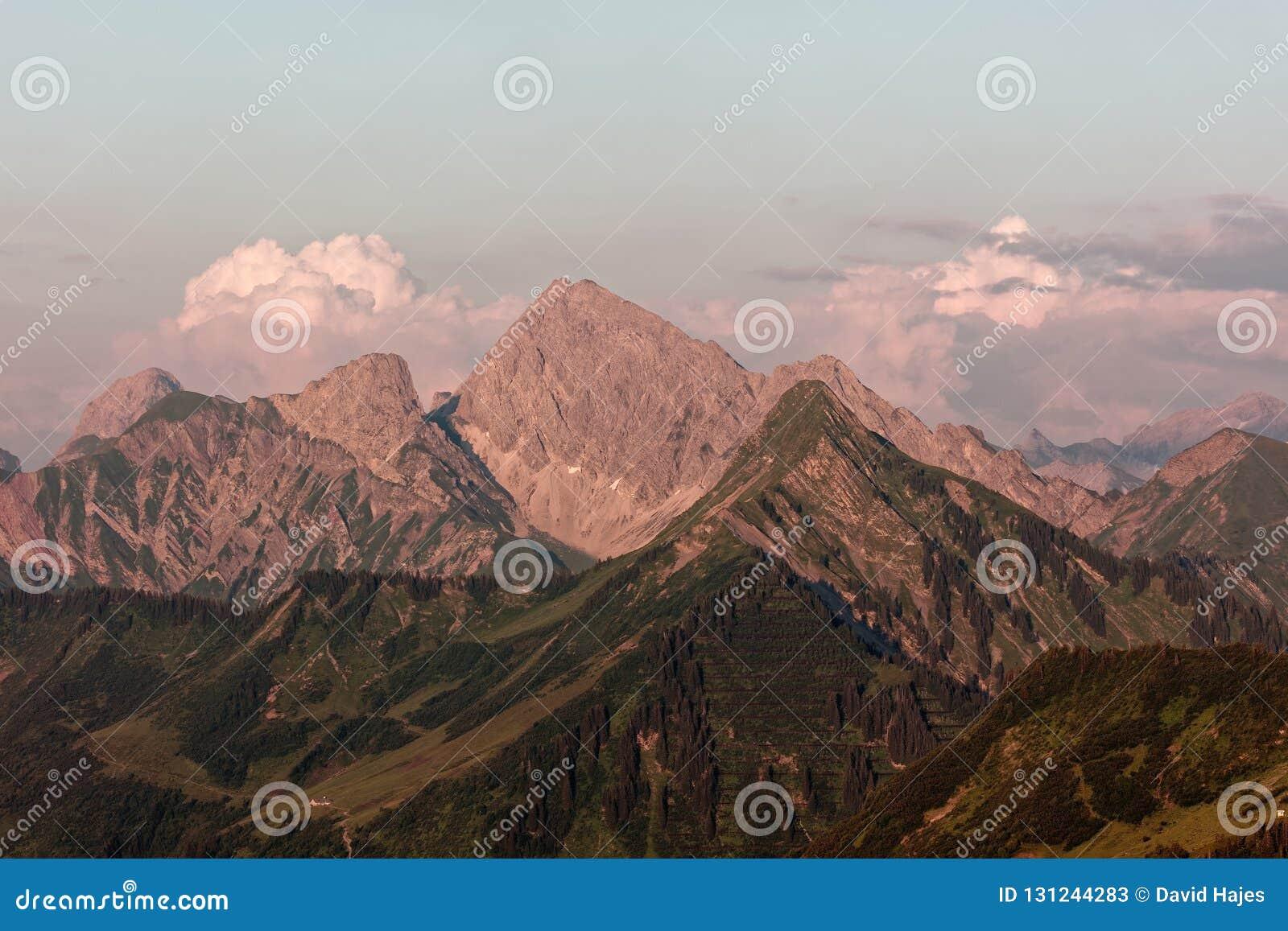 Passaggio di Furkajoch - viste di tramonto sopra le montagne di Bregenzerwald dal passaggio di Furkajoch