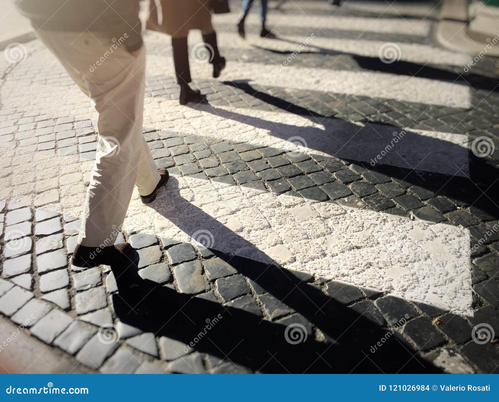 Passaggio pedonale confuso della città