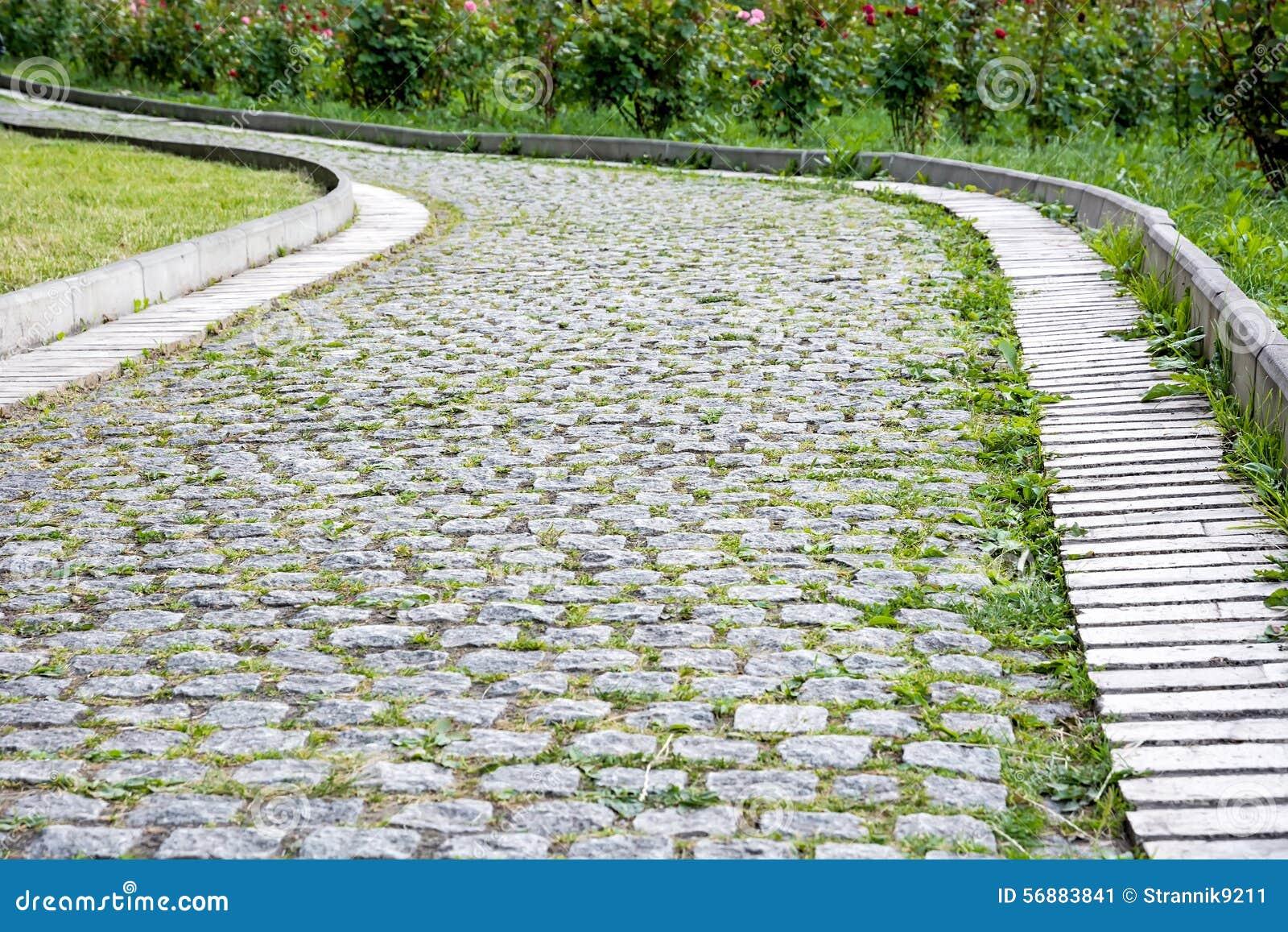 Passaggio pedonale del parco delle pietre per lastricati