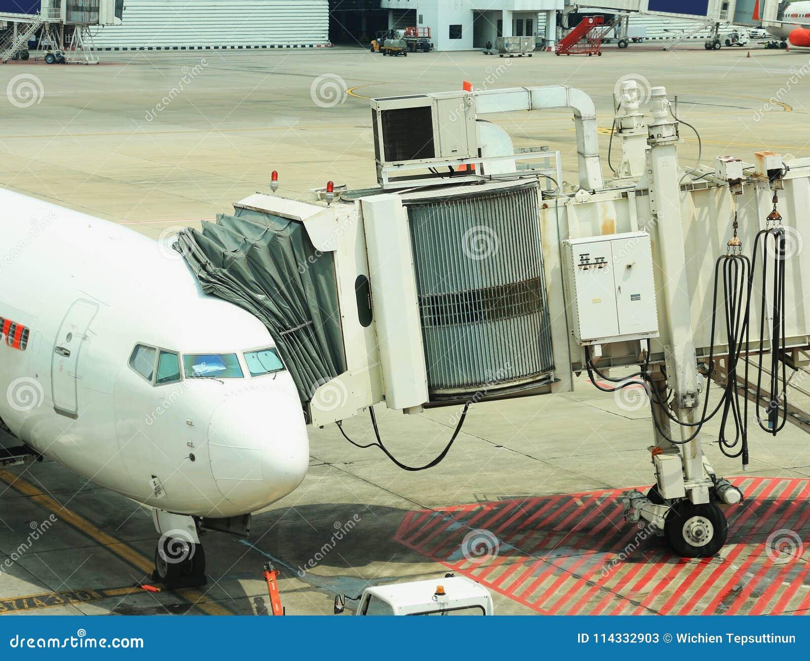 Passagier het inschepen brug met vliegtuig wordt verbonden dat