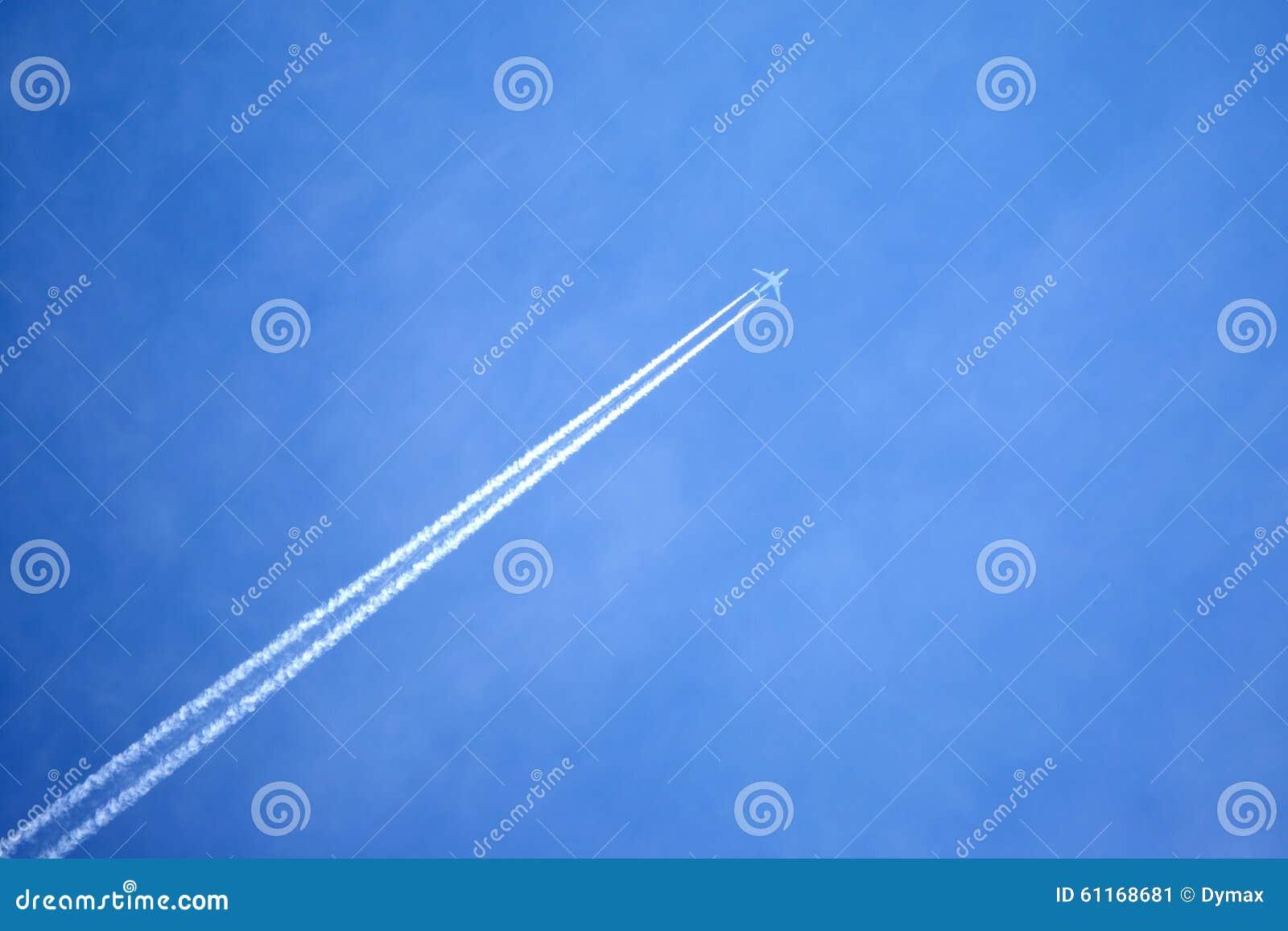 Passagier het straal vliegen in duidelijke blauwe hemel die witte sleep verlaten stock - Blauwe hemel kamer ...