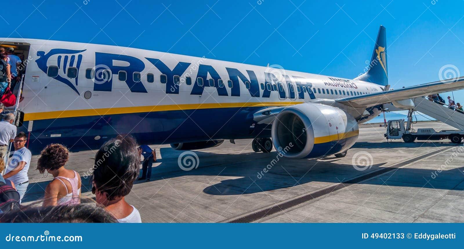 Download Passagiere, Die Ryanair-Jet-Flugzeug In Palermo-Flughafen, Italien Verschalen Redaktionelles Stockfoto - Bild von kabine, abfahrt: 49402133