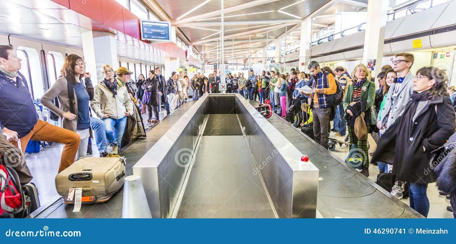Passagiere am gep ck karussell am flughafen tegel for Flughafen tegel