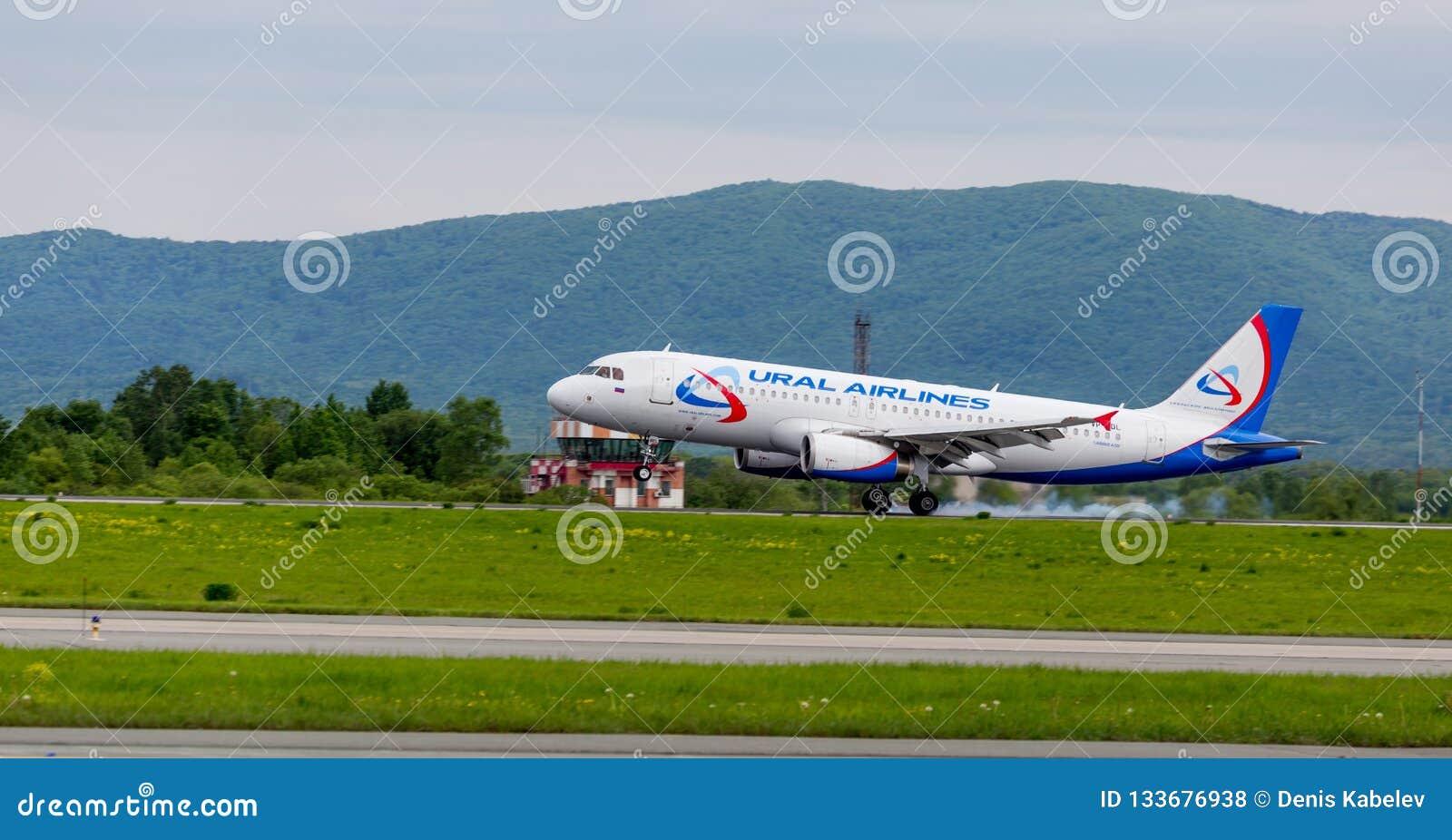 Passagierflugzeug Airbus A320 von Ural Airlines-Firma landet Rauch von unterhalb der Fahrgestelle hinter den Flugzeugen