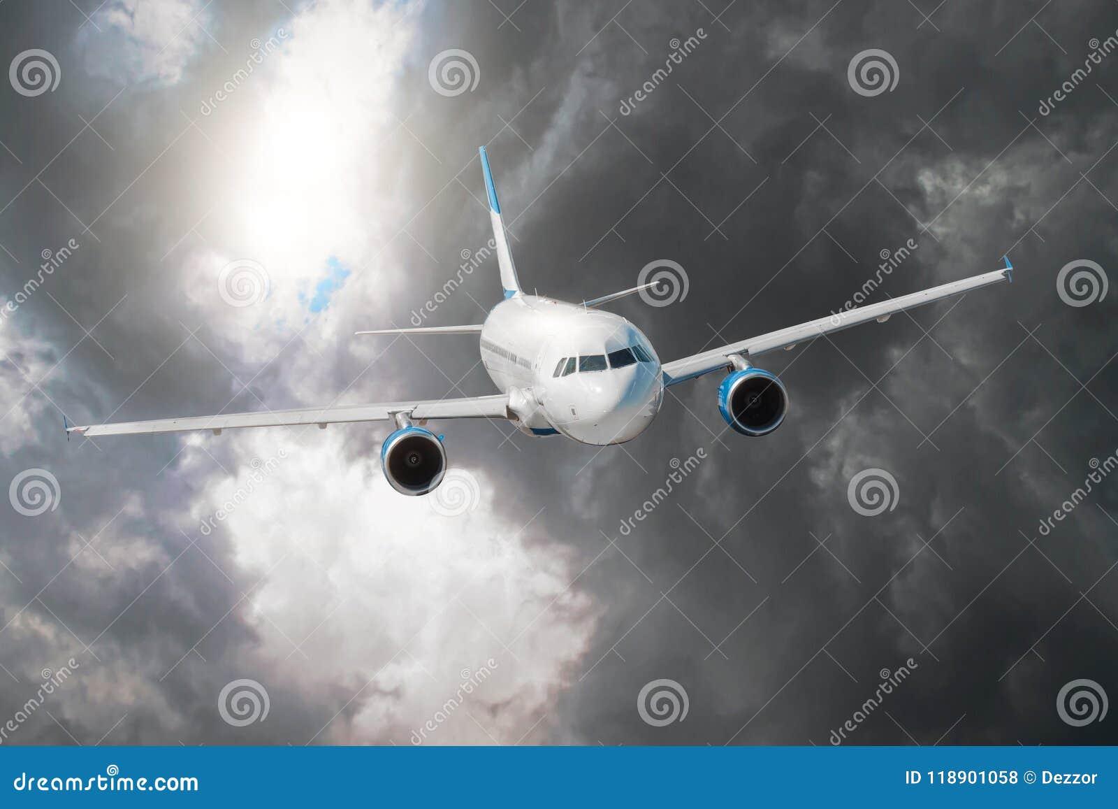 Passagierflugzeug fliegt durch die Turbulenzzone durch den Blitz von Sturmwolken im schlechten Wetter