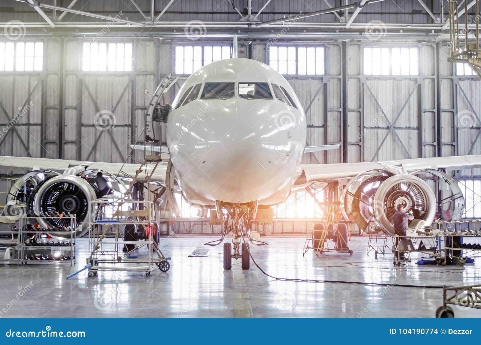Passagierflugzeuge auf Wartung der Maschinen- und Rumpfreparatur im Flughafenhangar
