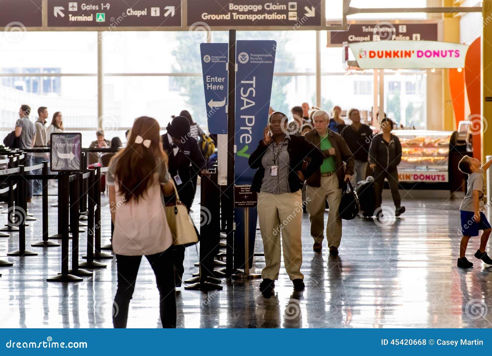Passagiers in de TSA-lijn in een luchthaven