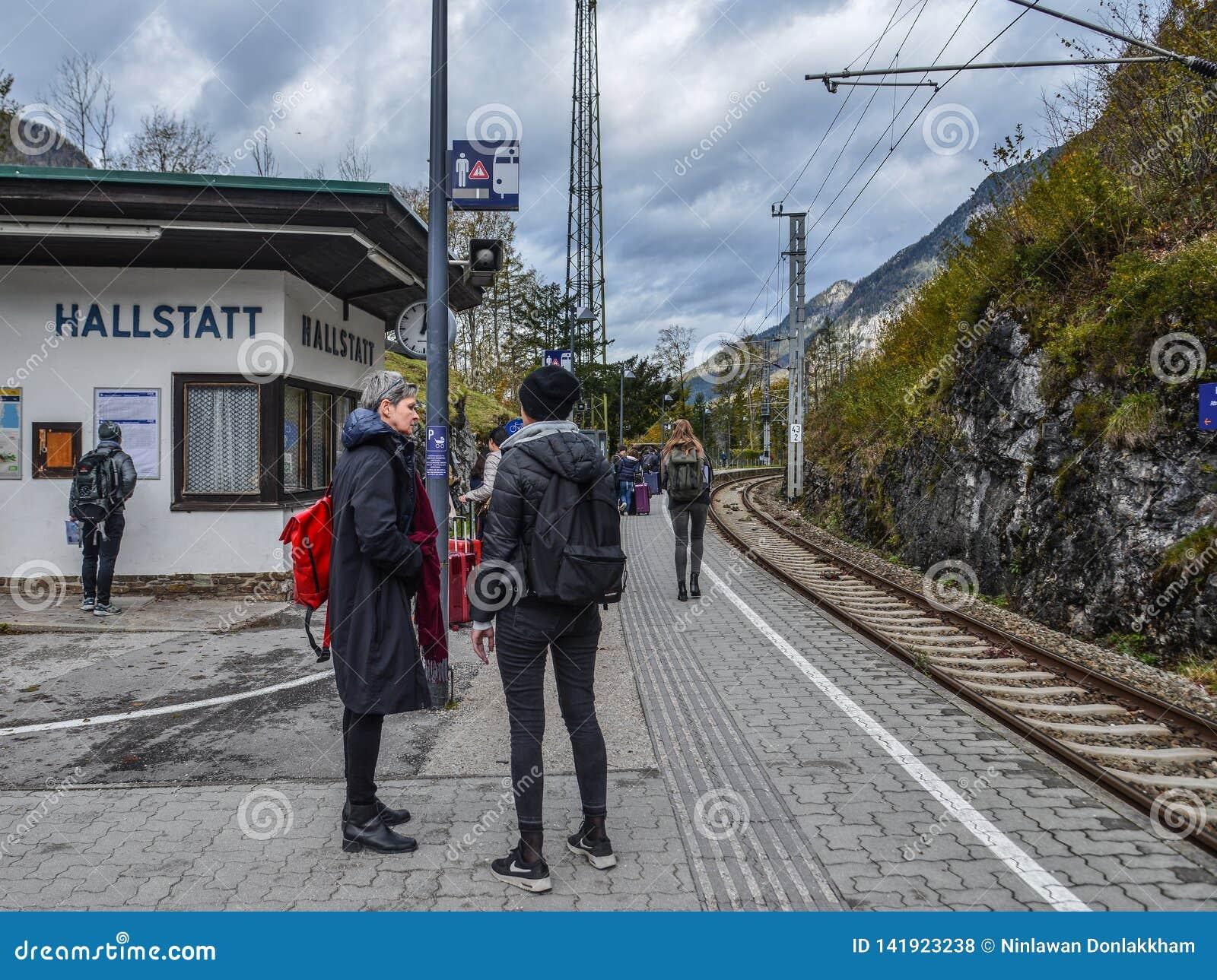 Passagiers die bij station wachten