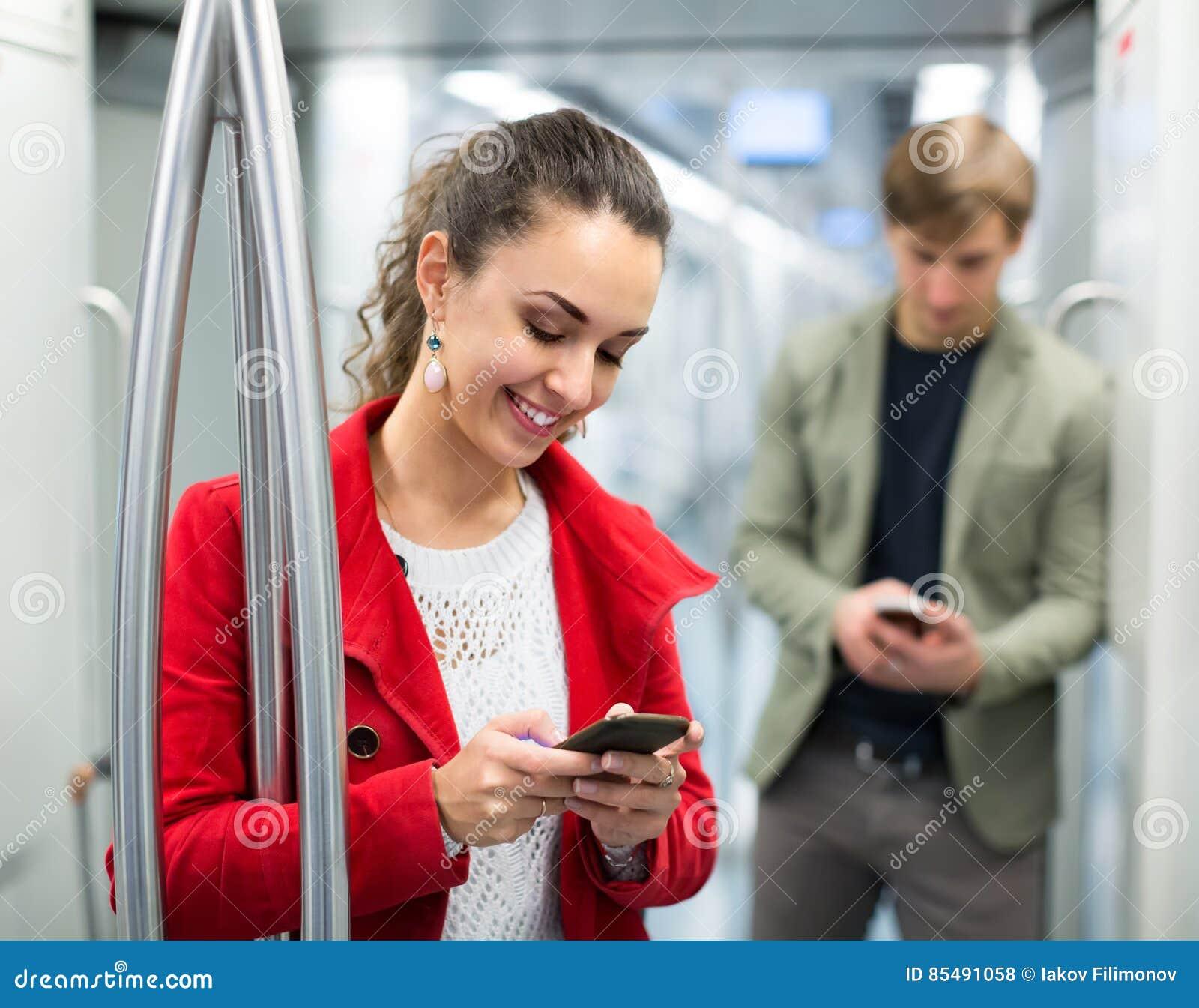 Passagiers in metro wagen
