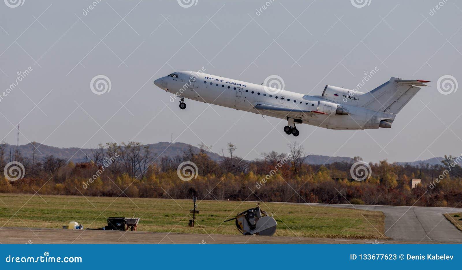 Passagiers straalvliegtuigen Yakovlev die jak-42 NAVO naam melden: Sla van KrasAvia-Luchtvaartlijnenbedrijf opstijgt in elkaar De