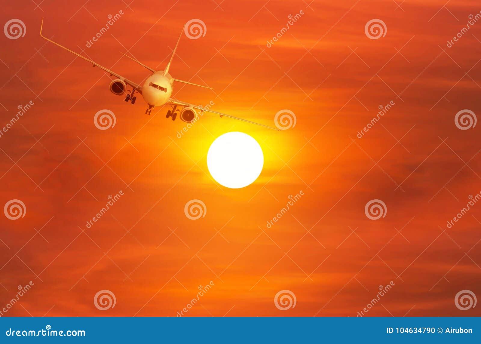 Download Passagiersvliegtuig Die Binnen Aan Exorbitante Hoogte Boven De Zon Tijdens Zonsondergang Wegvliegen Stock Foto - Afbeelding bestaande uit lijn, vliegtuig: 104634790