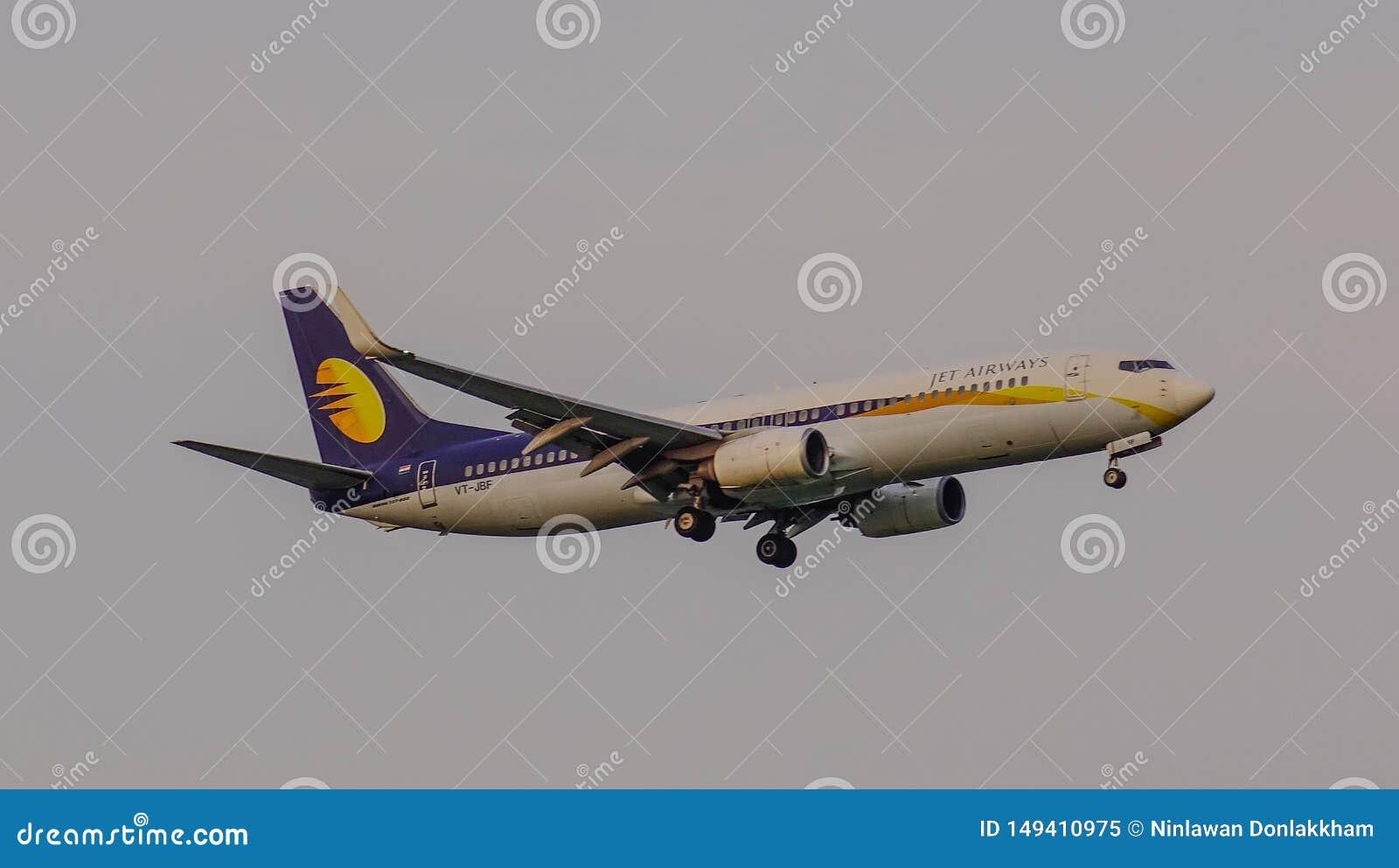 Passagiersvliegtuig die in de lucht vliegen