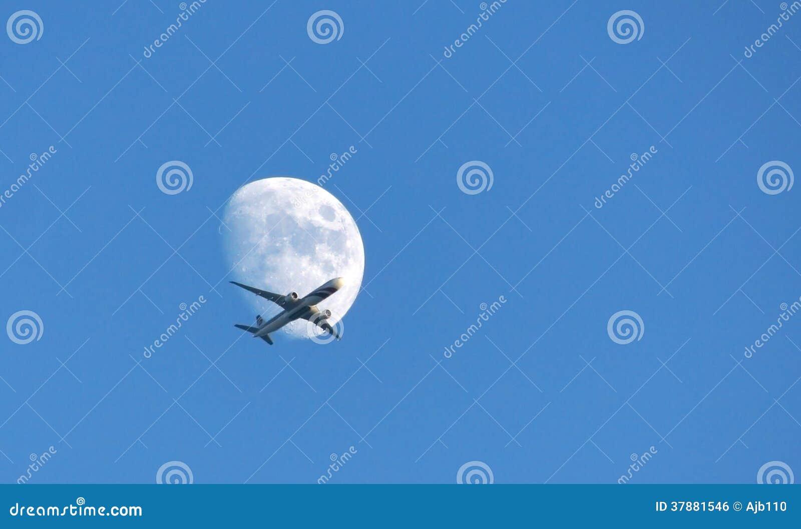 Passagiersvliegtuig die de maan kruisen