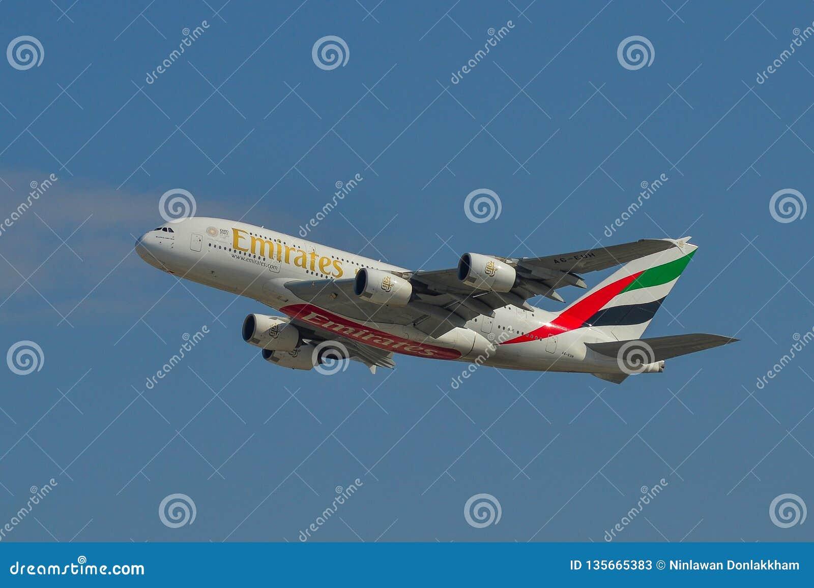 Passagiersvliegtuig die van luchthaven opstijgen