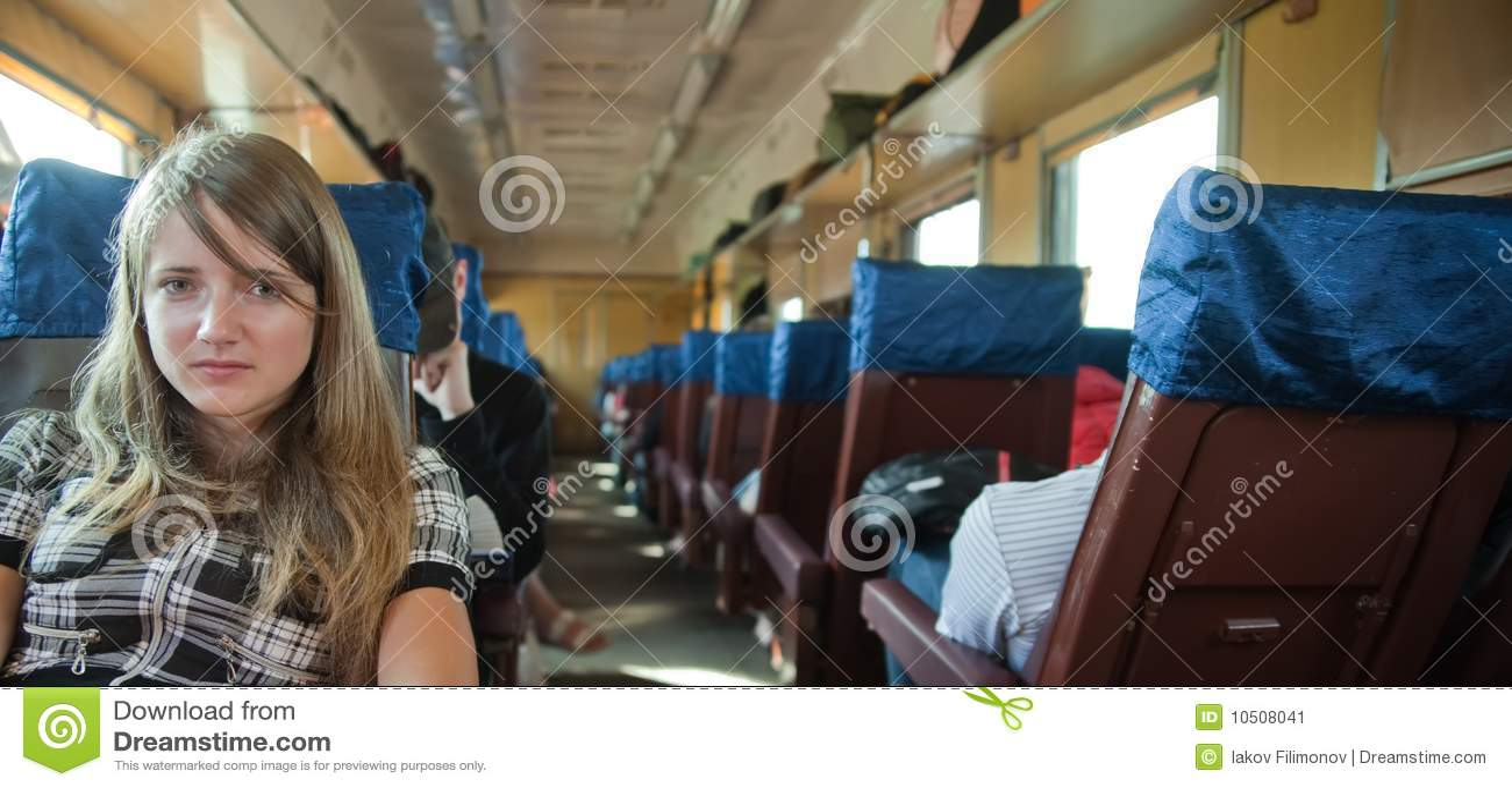 Passanger de la muchacha que se sienta dentro del tren