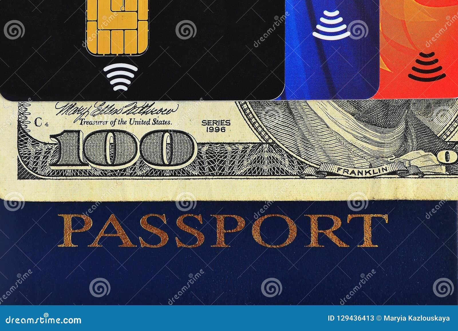 Passaporte azul, cem dólares de conta e três cartões de crédito diferentes