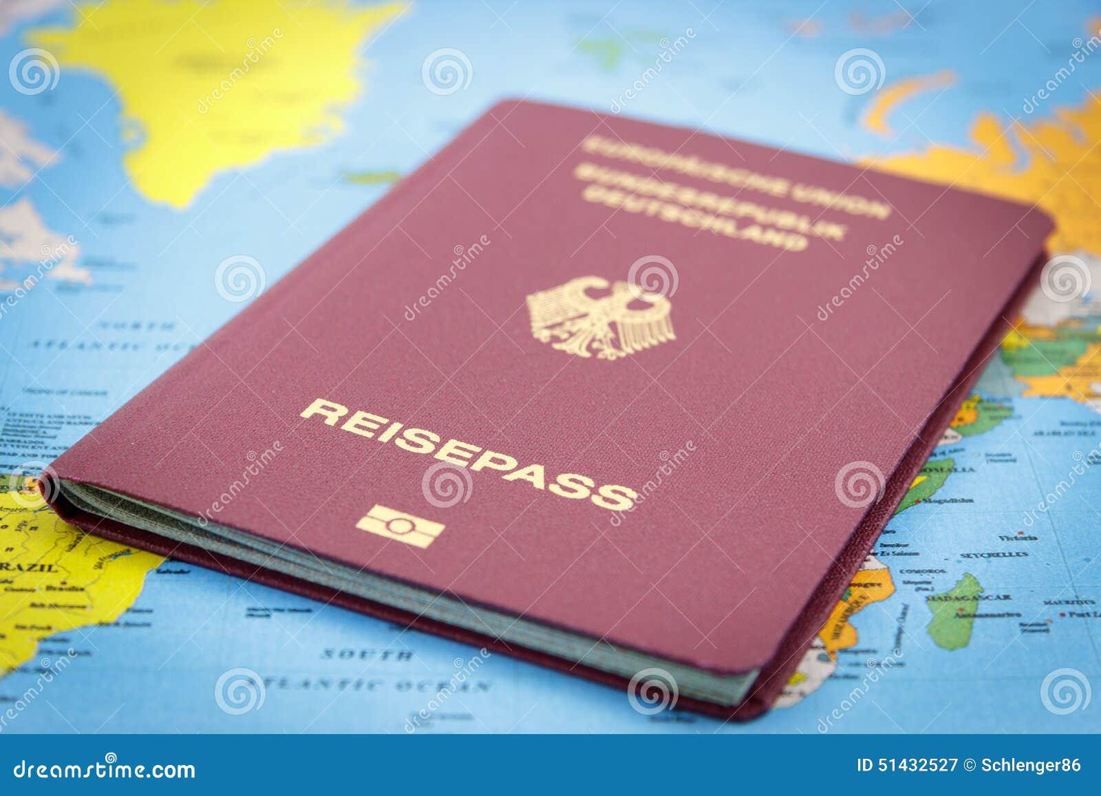Passaporte E Mapa Do Mundo Alemães Foto de Stock - Imagem