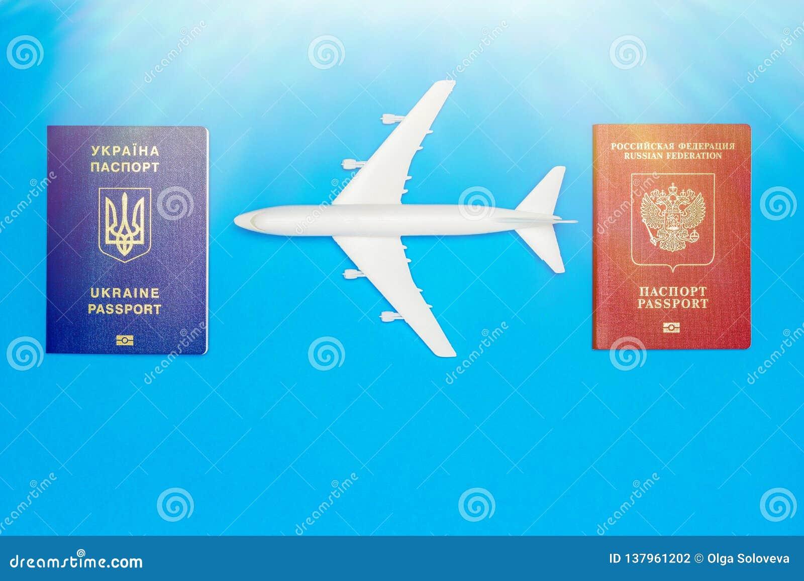 Passaportes ucranianos e do russo e modelos do avião O conceito da ressunção do tráfico aéreo entre países