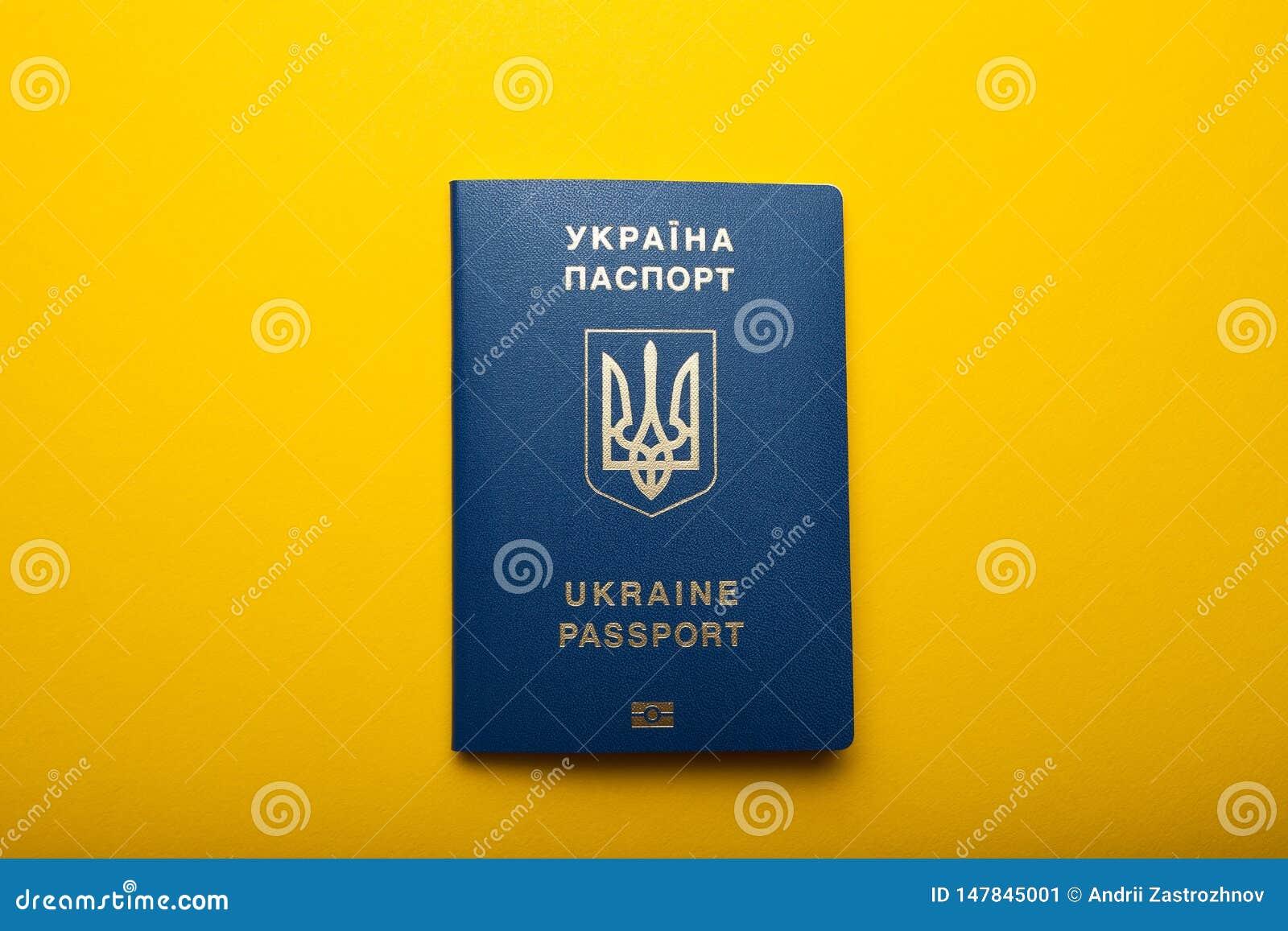 Passaporto biometrico ucraino isolato su un fondo giallo