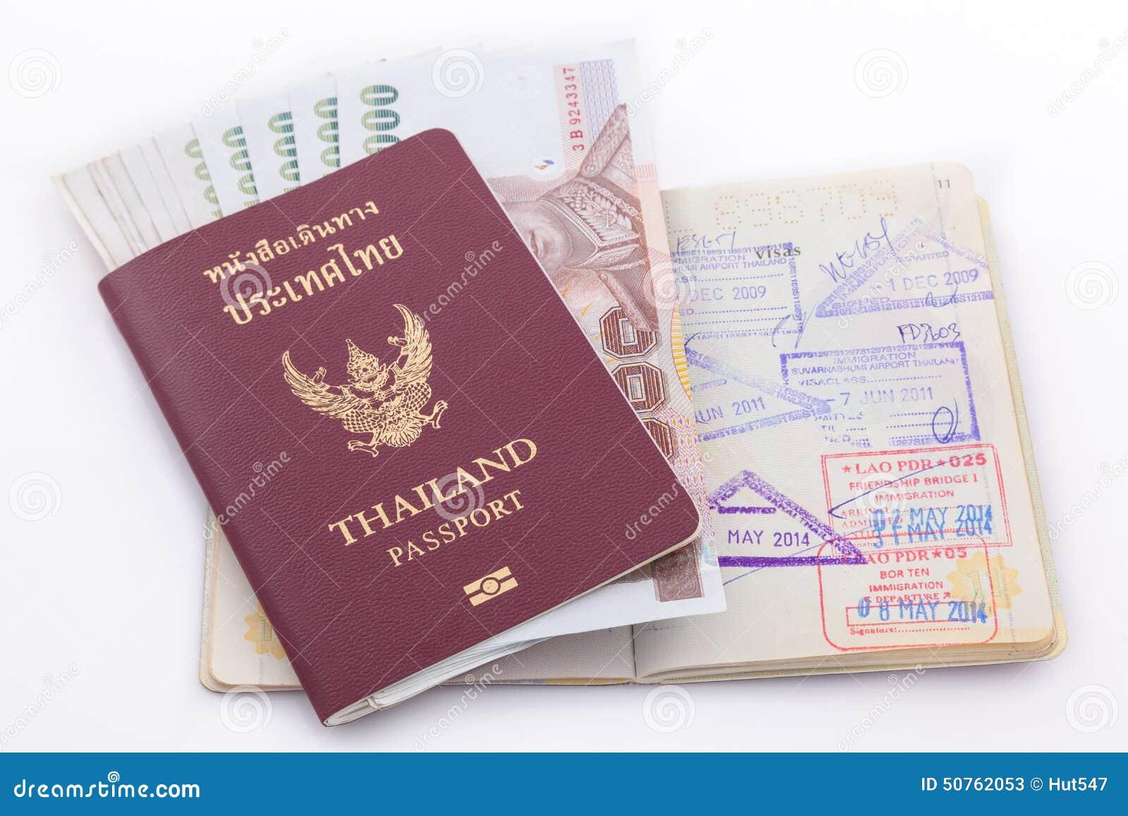 Passaporto della Tailandia e soldi tailandesi per il viaggio