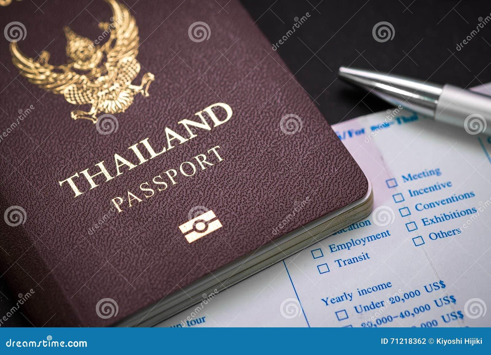 Passaporto e bolletta doganale e penna tailandesi sulla tavola
