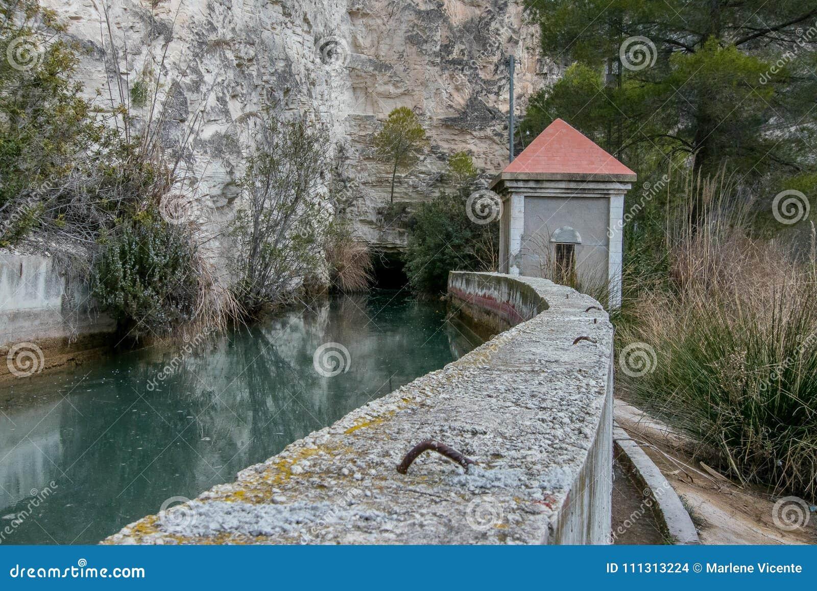 Passe pela represa pequena