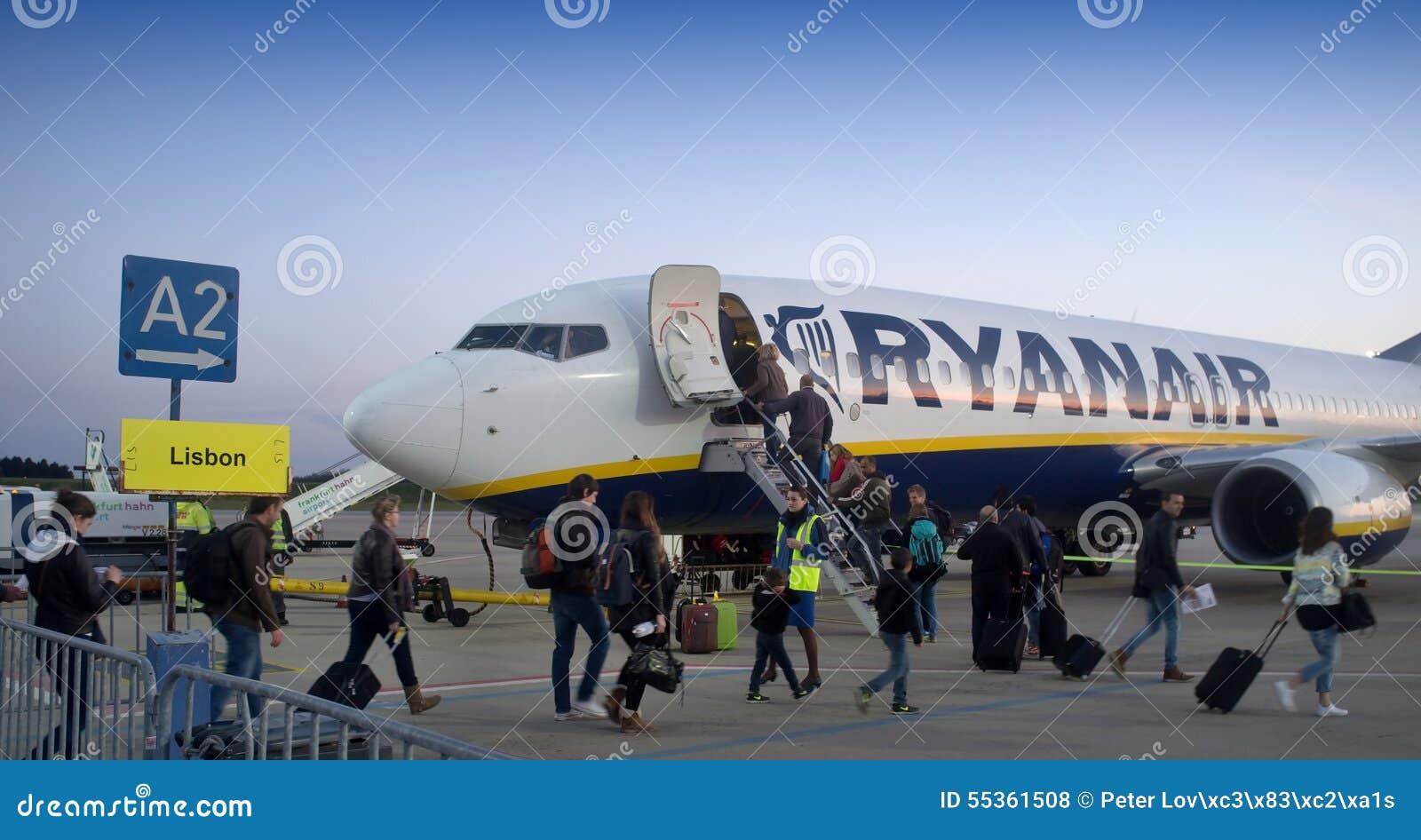 Passeggeri che si imbarcano su un aereo