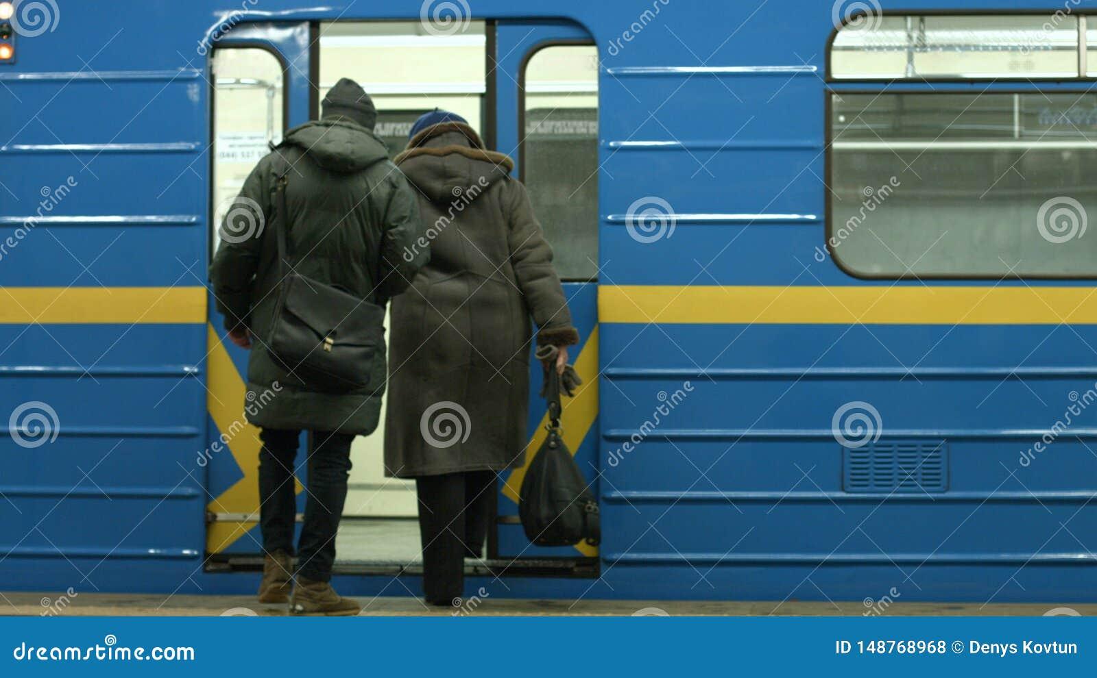 Passeggeri che si imbarcano sul treno