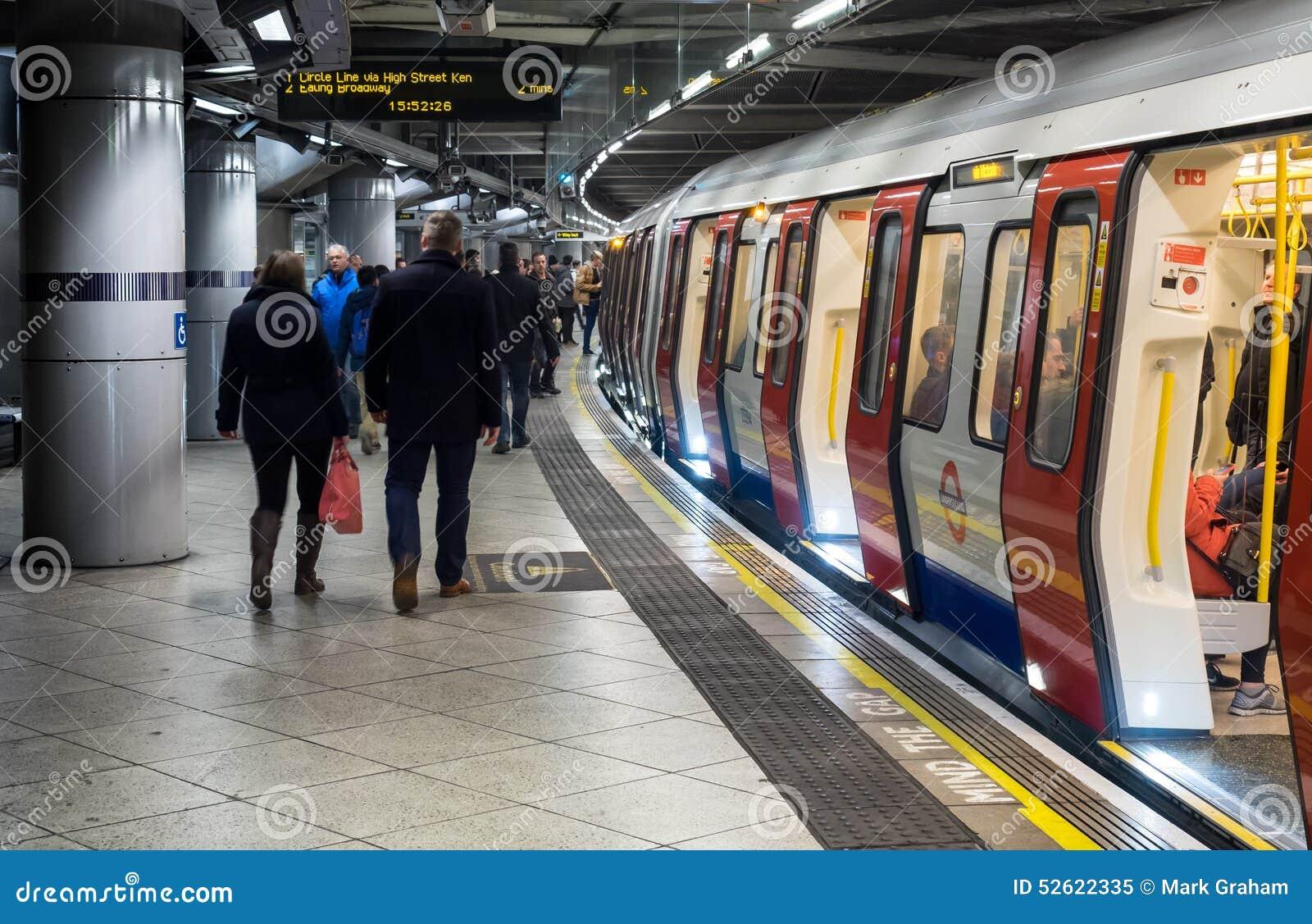 Passeggeri che si imbarcano sul treno sotterraneo di Londra