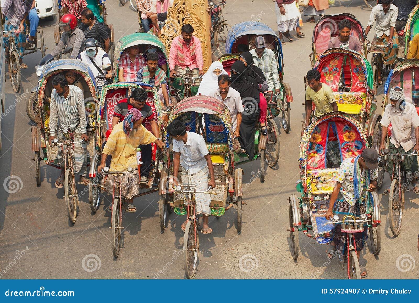 Passeggeri in Dacca, Bangladesh di trasporto dei risciò